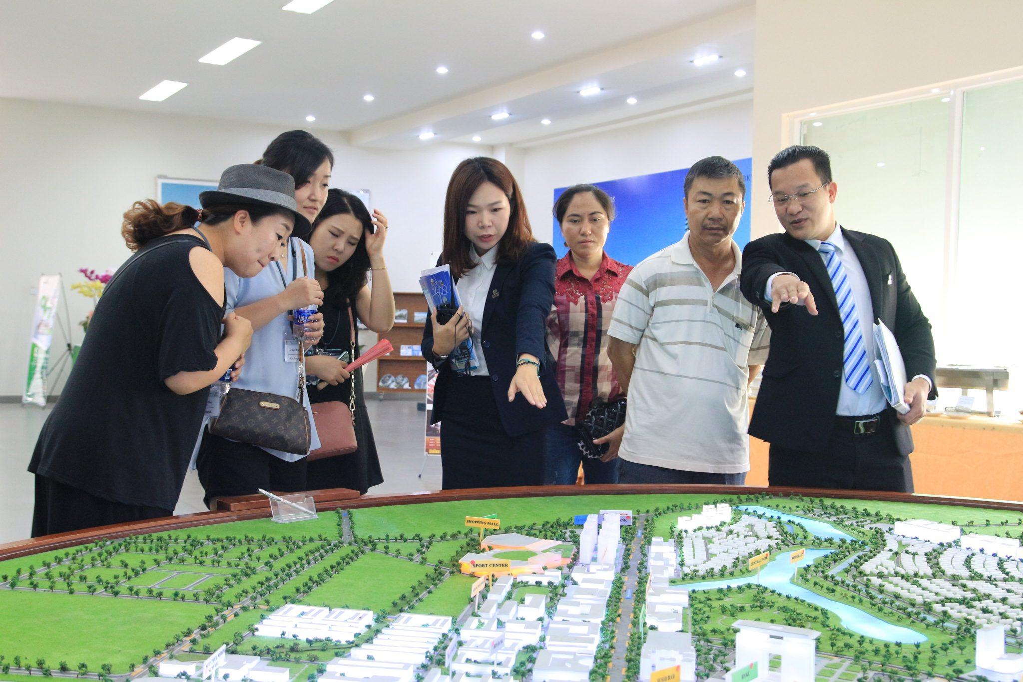 Hình ảnh CEO Tống Trần Dương giới thiệu dự án cho khách hàng